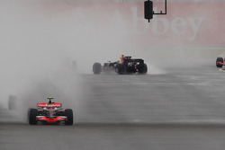Heikki Kovalainen, McLaren Mercedes, MP4-23 leads, Mark Webber, Red Bull Racing, RB4 spins