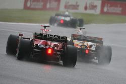Kimi Raikkonen, Scuderia Ferrari, F2008 y Nelson A. Piquet, Renault F1 Team, R28