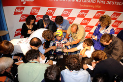 Valentino Rossi habla con los medios de comunicación después de la carrera