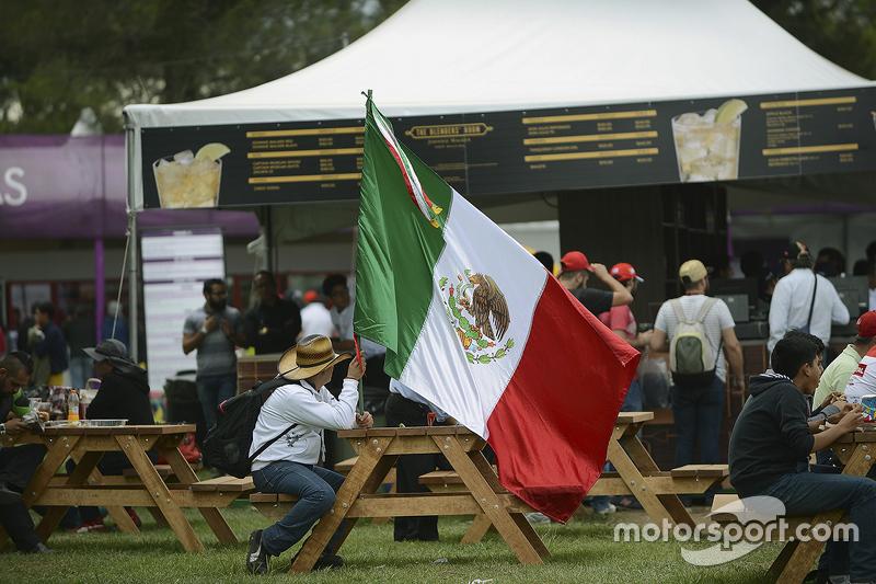 Un fan con la bandera de México