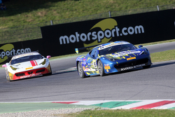 #55 Scuderia Autoropa Ferrari 458: Маттео Сантопонте едет впереди #84 Octane 126 Ferrari 458: Бьорна Гроссмана