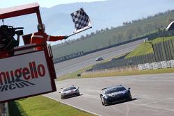 #55 Scuderia Autoropa Ferrari 458: Маттео Сантопонте первым пересекает финишную черту