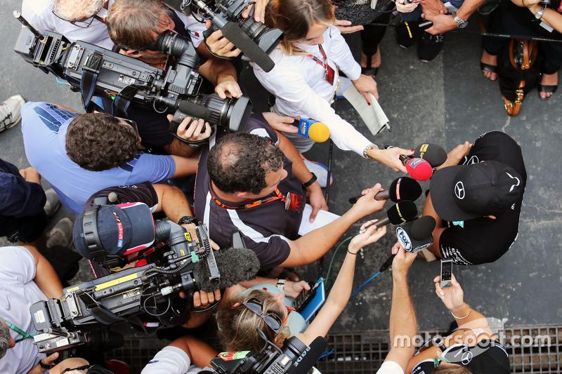 لويس هاميلتون، مرسيدس مع وسائل الإعلام