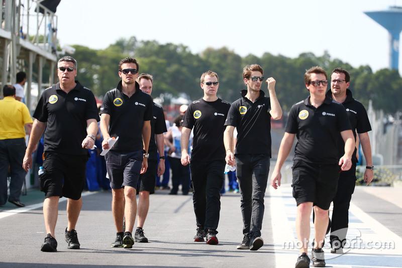 جوليون بالمر، سائق اختبارات مرسيدس ورومان غروجان، لوتس يسيران على المسار مع الفريق