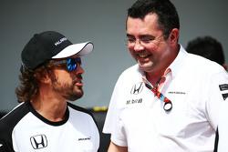 Fernando Alonso, McLaren con Eric Boullier, McLaren Director de carreras en una fotografía de equipo