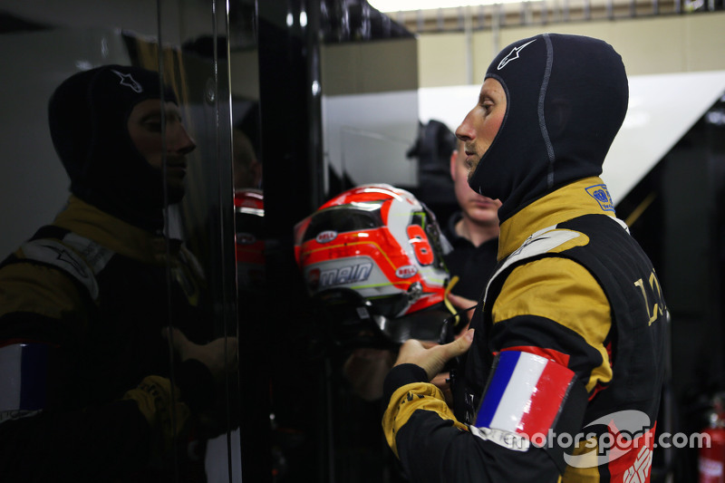 Romain Grosjean, Lotus F1 Team wears a Tricolore as a mark of respect to the vctims of the Paris ter