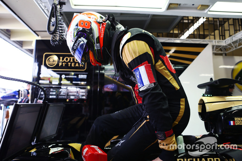 Romain Grosjean, Lotus F1 E23 wears a Tricolore as a mark of respect to the vctims of the Paris terr