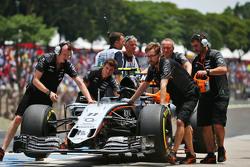 Les mécaniciens Sahara Force India F1 Team poussent la Sahara Force India F1 VJM08 de Sergio Perez