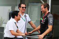 Adrian Sutil, Pilote de Réserve Williams, avec Mika Salminen, Physio Sahara Force India F1 Team