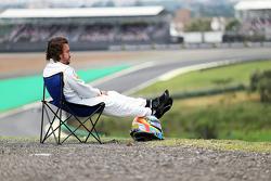 Fernando Alonso, McLaren MP4-30 stopped on track