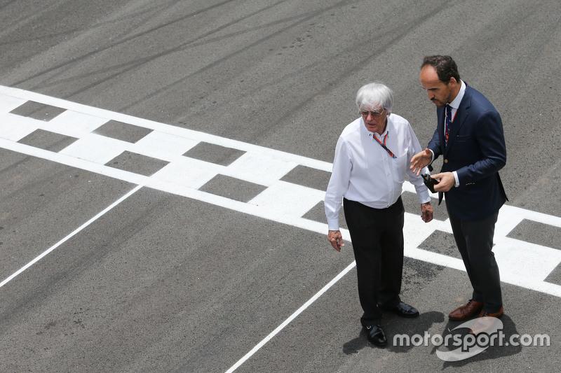 Bernie Ecclestone con Alex Molina, Allsport Management, en la parrilla