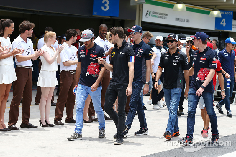 Romain Grosjean, Lotus F1 Team, mit Carlos Sainz Jr., Scuderia Toro Rosso, bei der Fahrerparade
