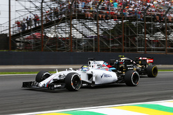 Felipe Massa, Williams FW37 e Romain Grosjean, Lotus F1 E23 in lotta per la posizione