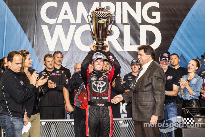 Victory-Lane für den Gesamtsieg: 1. NASCAR Camping World Truck Series 2015: Erik Jones, Kyle Busch Motorsports, feiert mit NASCAR-Präsident Mike Helton