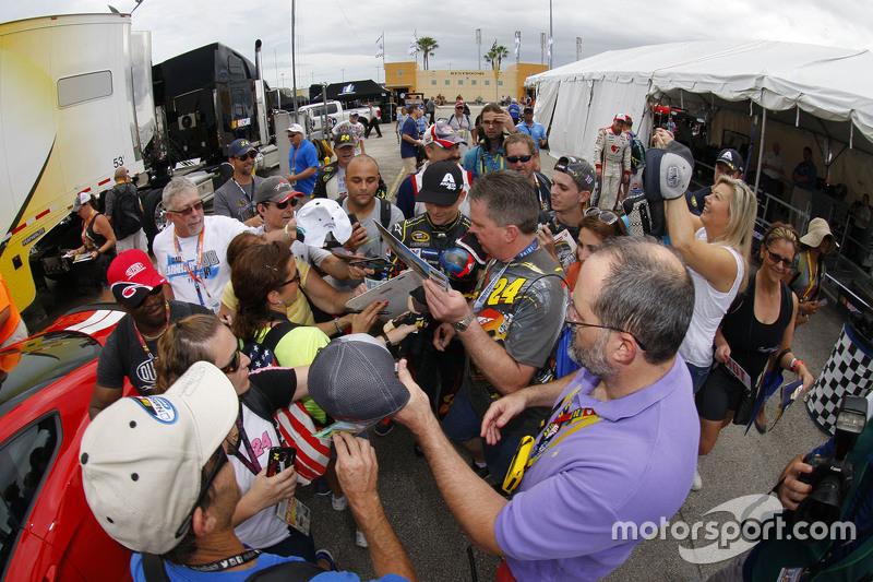 Jeff Gordon, Hendrick Motorsports Chevrolet, schreibt Autogramme für die Fans an seinem letzten Renn