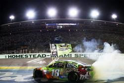2015 NASCAR Sprint Cup campeón Kyle Busch, Joe Gibbs Racing Toyota celebra
