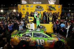 Championship Victory Lane: Ganador de la carrera y 2015 NASCAR Sprint Cup campeón Kyle Busch, Joe Gi