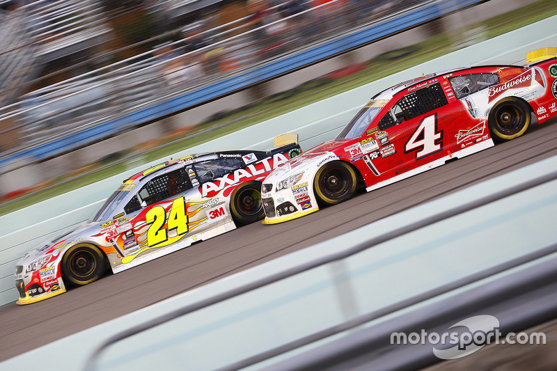 Jeff Gordon, Hendrick Motorsports Chevrolet; Kevin Harvick, Stewart-Haas Racing Chevrolet