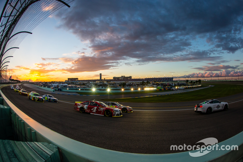 Pace car leads Kevin Harvick, Stewart-Haas Racing Chevrolet and Jeff Gordon, Hendrick Motorsports Ch