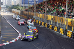 Rob Huff, Honda Civic TCR, West Coast Racing lead in front of Jordi Gene, SEAT Leon, Team Craft-Bamboo LUKOIL and Stefano Comini, SEAT Leon, Target Competition