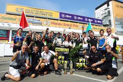 Pemenang balapan,  dan TCR 2016 Champion Stefano Comini, SEAT Leon, Target Competition merayakan bersama tim
