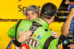Victory-Lane: 1. und Champion NASCAR Sprint-Cup 2015: Kyle Busch, Joe Gibbs Racing Toyota, beim Feiern; Jeff Gordon, Hendrick Motorsports Chevrolet, gratuliert