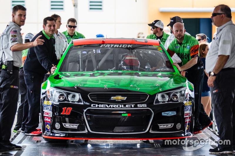 Das Auto von Danica Patrick, Stewart-Haas Racing Chevrolet, bei der technischen Abnahme