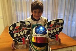 Felipe Bartz com troféus e capacete