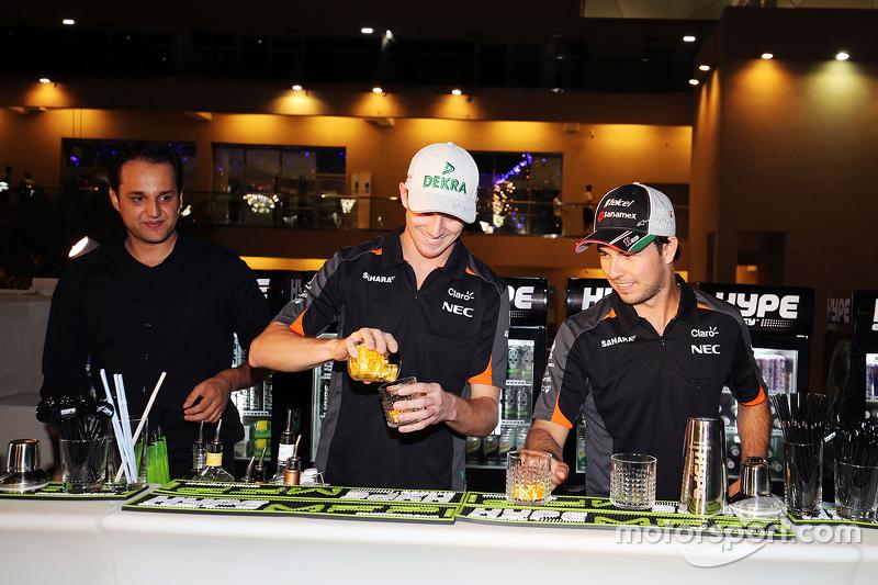 Nico Hülkenberg, Sahara Force India F1, und Sergio Perez, Sahara Force India F1 mixen Cocktails