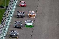Ben Rhodes, JR Motorsports Chevrolet memimpin di depan rombongan mobil lain