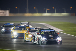 Stefano D'Aste, Chevrolet Cruze, Münnich Motorsport, davanti a Tom Coronel, Chevrolet Cruze, ROAL Motorsport