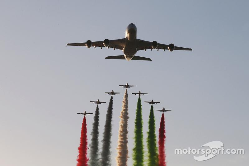 Airbus A380 sobrevoa o circuito de Yas Marina antes da largada