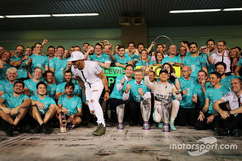 Race winner Nico Rosberg, Mercedes AMG F1 celebrates with team mate Lewis Hamilton, Mercedes AMG F1 and the team