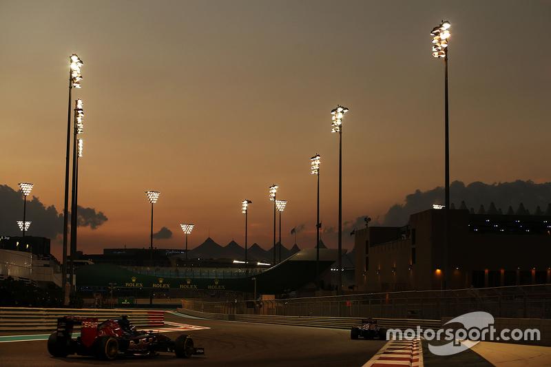 Max Verstappen, Scuderia Toro Rosso STR10 lider Carlos Sainz Jr., Scuderia Toro Rosso STR10