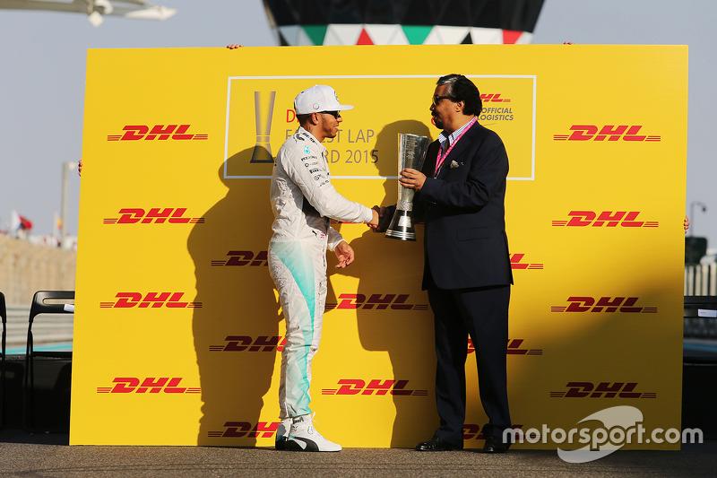 Lewis Hamilton, Mercedes AMG F1, wird mit dem DHL-Preis für die meisten schnellsten Runden ausgezeichnet