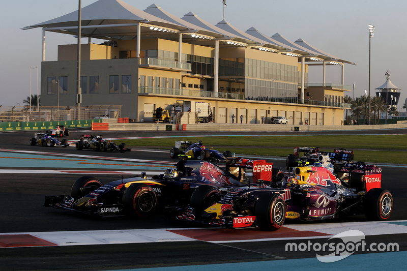 Daniil Kvyat, Red Bull Racing RB11; Carlos Sainz Jr., Scuderia Toro Rosso STR10