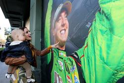 Samantha Busch und Sohn Brexton sehen sich ein Foto von NASCAR-Champion Kyle Busch, Joe Gibbs Racing
