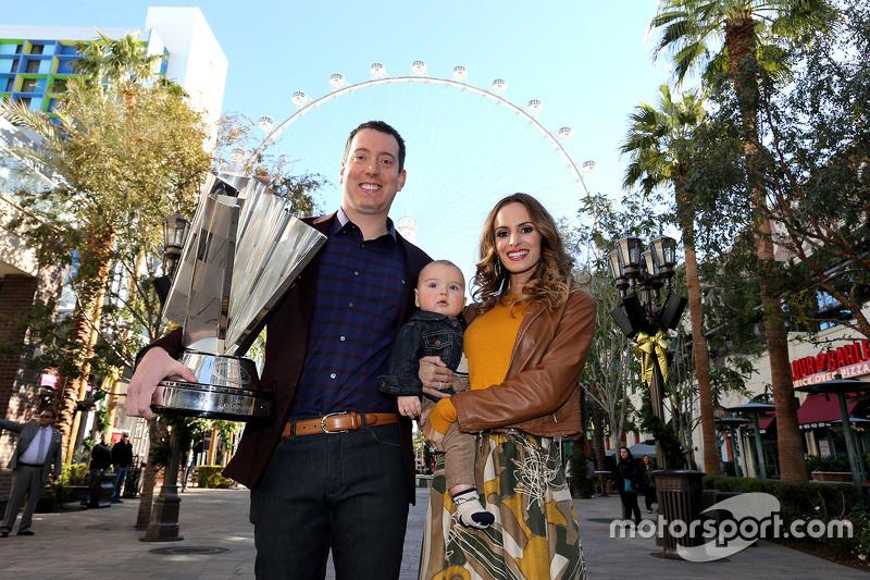 NASCAR-Champion Kyle Busch, Joe Gibbs Racing Toyota, mit Frau Samantha und Sohn Brexton