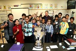 NASCAR-Champion Kyle Busch, Joe Gibbs Racing Toyota, bei der Lawrence Junior High School
