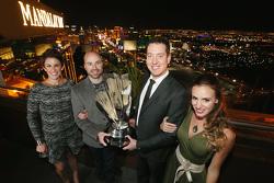 NASCAR-Champion 2015 Kyle Busch, Joe Gibbs Racing, mit Frau Samantha Busch, Crewchief Adam Stevens und dessen Frau Audrey Stevens