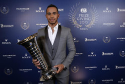 Lewis Hamilton, Mercedes AMG F1, avec son trophée de Champion du Monde