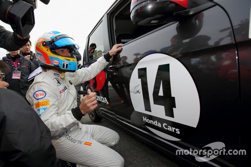 Fernando Alonso autografa carro