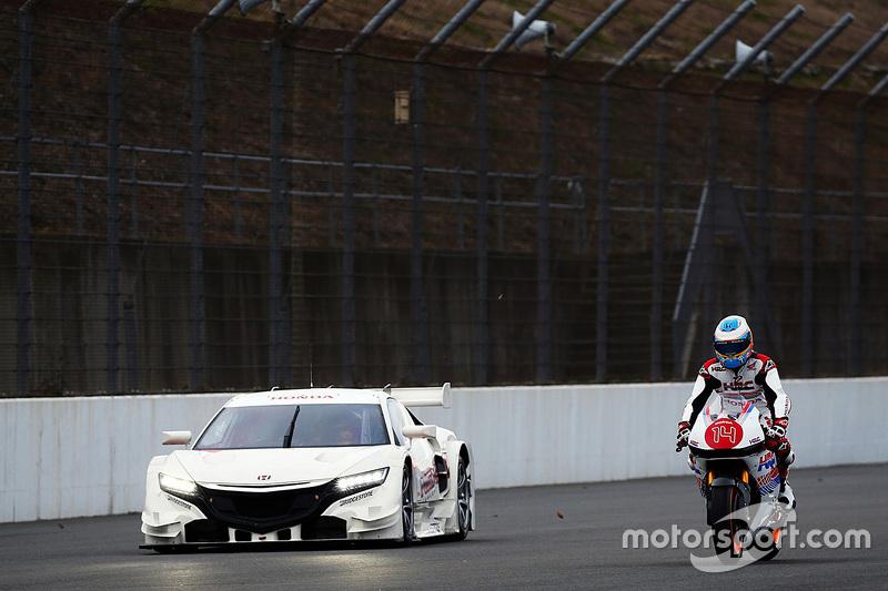 Fernando Alonso mengendarai motor Honda bersama mobil Honda NSx
