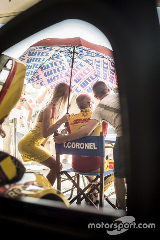 Tom Coronel, Chevrolet RML Cruze TC1, ROAL Motorsport dengan grid girl