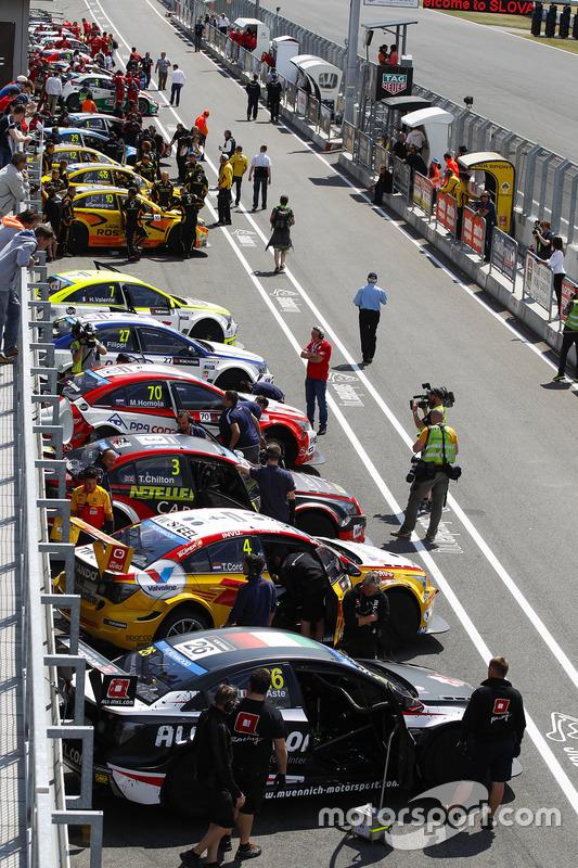 Suasana di pit lane
