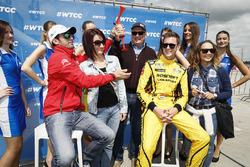 Nicky Catsburg, Lada Vesta WTCC, Lada Sport Rosneft, dan Jose Maria Lopez, Citroën C-Elysee WTCC, Citroën World Touring Car team