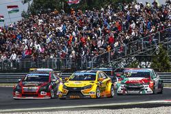Nicky Catsburg, Lada Vesta WTCC, Lada Sport Rosneft, dan Tom Chilton, Chevrolet RML Cruze TC1, ROAL Motorsport