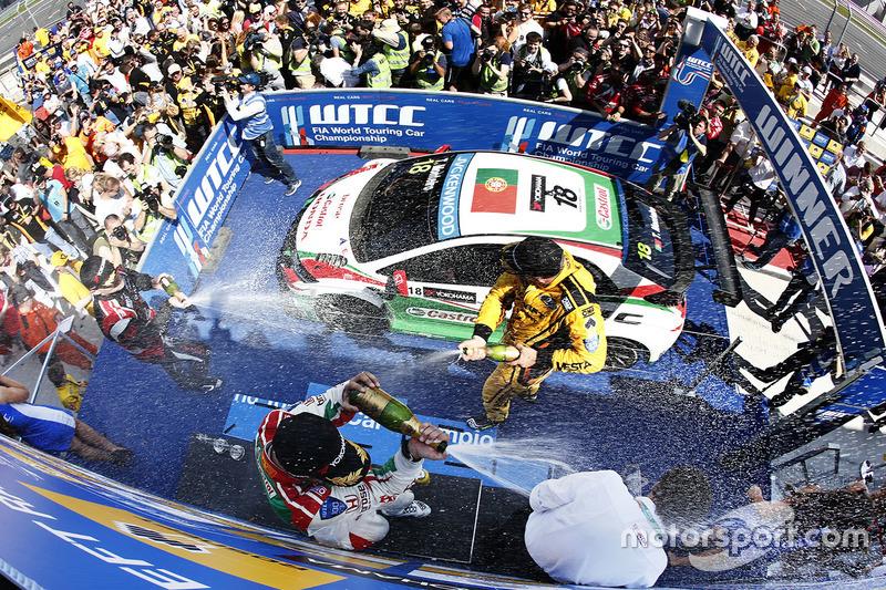 Podium: race winner Tiago Monteiro, Honda Civic WTCC, Honda Racing Team JAS, second place Rob Huff,