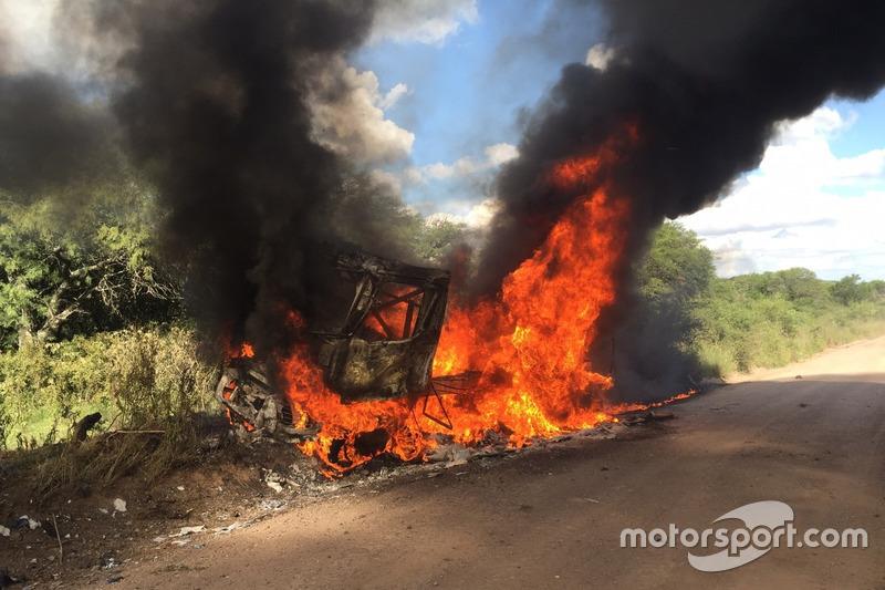 10. #509 Renault: Martin van den Brink, Peter Willemsen, Richard Mouw burning Truck