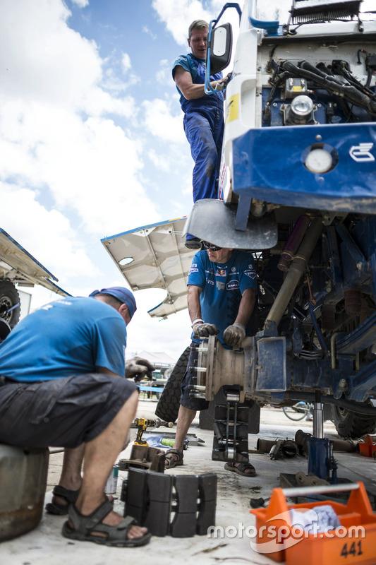 Les mécaniciens du Team KAMAZ Master travaillent pendant la journée de repos